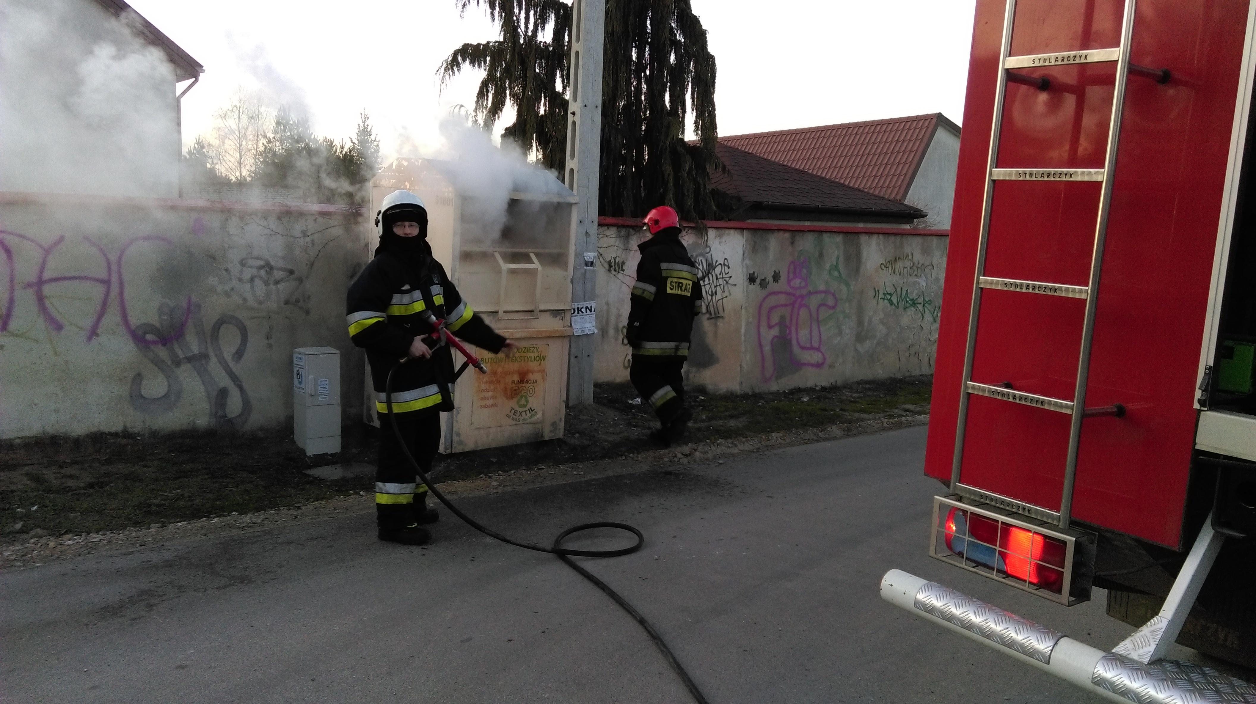 Pożar pojemnika na odzież używaną