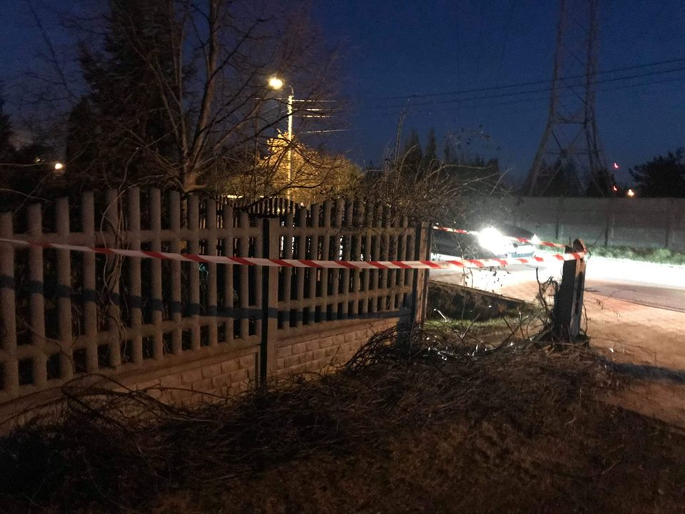 17.03.2019 r. – Pochylony słup nad chodnikiem przy ulicy Sienkiewicza w Starych Babicach